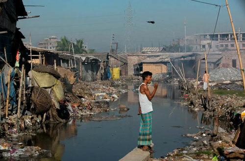 Con sông Buriganga nổi tiếng vì độ ô nhiễm ở Bangladesh. Ảnh: Allison Joyce.