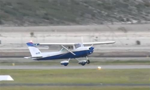 Chiếc Cessna 152 do Max Sylvester điều khiển hạ cánh an toàn xuống sân bay Jandakot, thành phố Perth, Australia ngày 31/8. Ảnh: 9News.