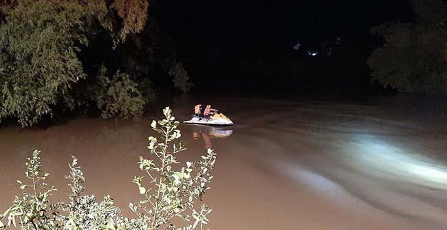 Taxi chở ba người lao xuống sông - ảnh 1