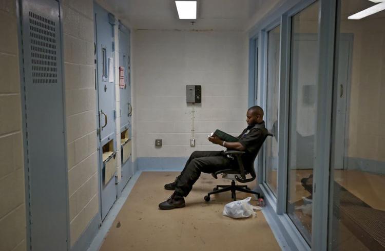 Cán bộ trại giam ngồi ngoài cửa buồng để theo dõi liên tục. Ảnh: Chris Landsber/The Oklahoman.