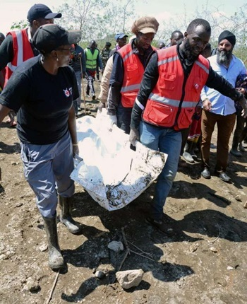 Nhân viên cứu hộ Kenya hôm nay di dời thi thể nạn nhân bị lũ cuốn ở Công viên Quốc gia Cổng Địa Ngục. Ảnh: Reuters.