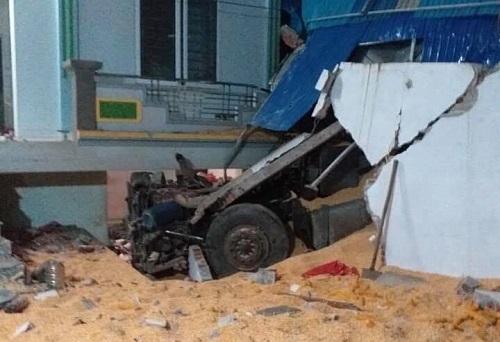 Xe đầu kéo lao vào nhà dân ở Sơn La. Ảnh: HLX