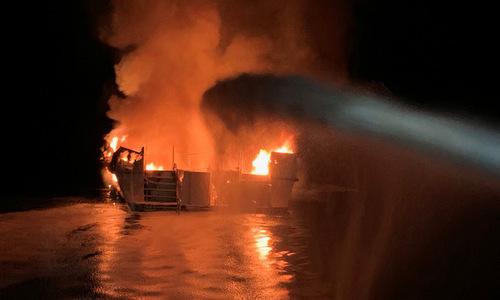 Tuần duyên Mỹ phun nước dập lửa trên tàu Conception sáng 2/9. Ảnh: Reuters.