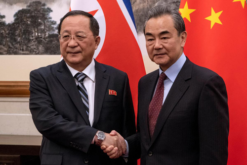 Ngoại trưởng Trung Quốc Vương Nghị (phải) bắt tay người đồng cấp Triều Tiên Ri Yong-ho tại Bắc Kinh hồi tháng 12/2018. Ảnh: Reuters.