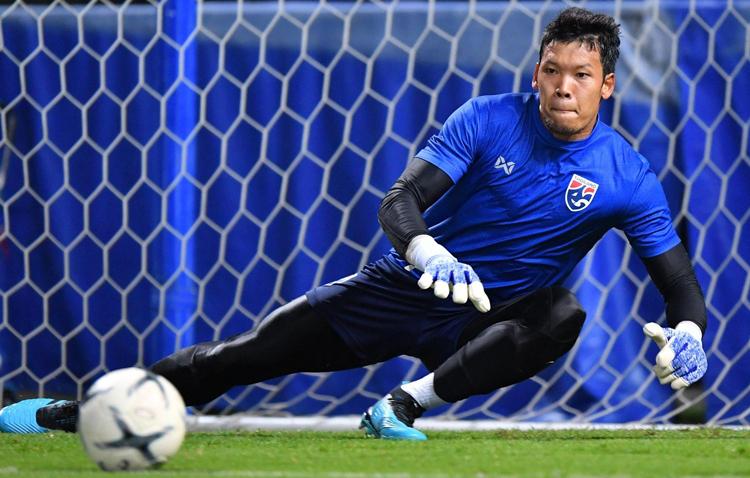Thủ môn Kawin tập luyện trên sân Thammasat để chuẩn bị cho màn đối đầu với Việt Nam. Ảnh: FAT
