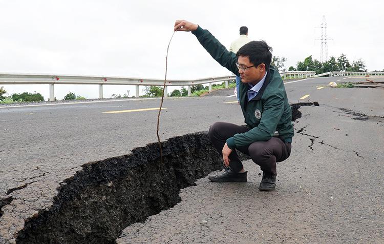 Vết nứt lớntrên mặt đường tránh Chư Sê kéo dài hàng chục mét. Ảnh: Trần Hóa.