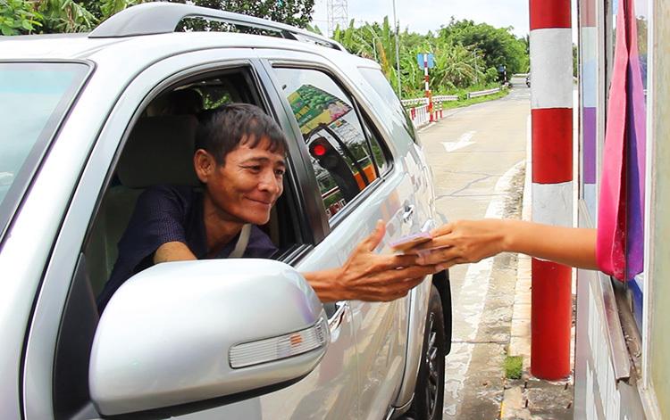 Khoảng 130-150 vé được bán mỗi ngày đêm tại trạm thu phí phụ Cầu Rạch Miễu.Ảnh:Hoàng Nam