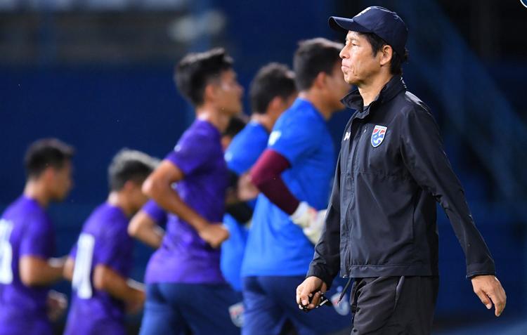 HLV Akira Nishino cùng tuyển Thái Lan tập trên sân Thammasat chiều 4/9. Ảnh: FAT