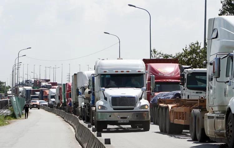 Đường ra vào cảng Cát Lái thường xuyên kẹt xe nghiêm trọng. Ảnh: Minh Tân.
