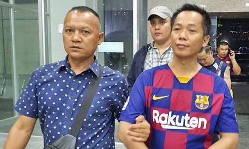 Mana Chumuang (phải) sau khi bị cảnh sát bắt
