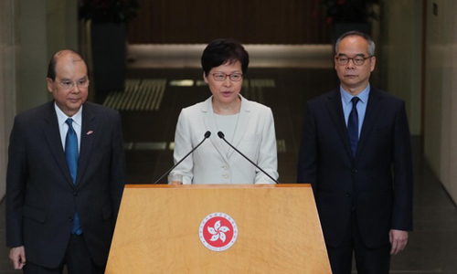 Trưởng đặc khu Hong Kong Carrie Lam (giữa) tại buổi họp báo hôm nay. Ảnh: SCMP.