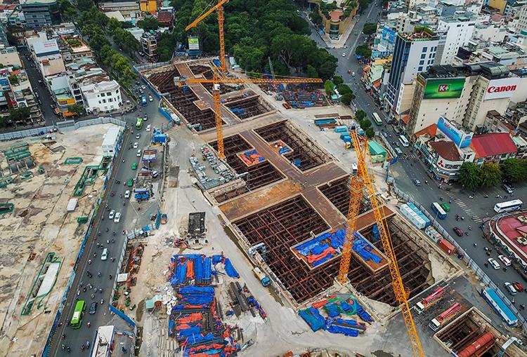 Mặt đường vị trí xây ga ngầm Bến Thành. Ảnh: Quỳnh Trần.
