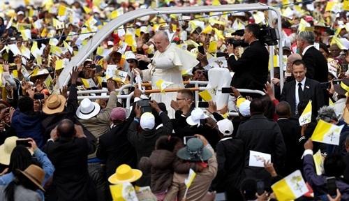 Đám đông tập trung tạigiáo phậnSoamandrakizay hôm nayreo hò khi xe chở Giáo hoàng Francis di chuyển qua. Ảnh: AFP.