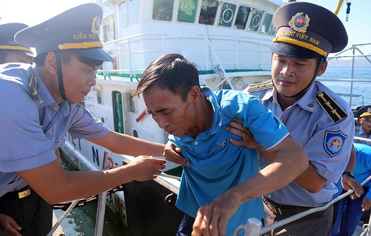 41 ngư dân sống sót giữa biển nhờ ôm can nhựa