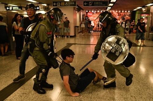 Người biểu tình Hong Kong đốt phá ga tàu - ảnh 3