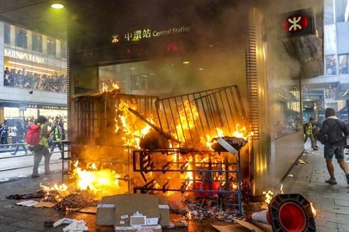 Người biểu tình Hong Kong đốt phá ga tàu - ảnh 2