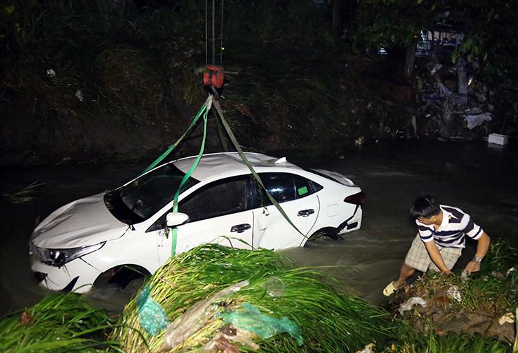 Ôtô chở 4 người bị nước mưa cuốn xuống suối