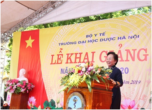 GS.TS Nguyễn Thị Doan, Nguyên chủ tịch nước, Chủ tịch Trung ương hội khuyến học Việt Nam phát biểu tại lễ khai giảng trường ĐH Dược Hà Nội
