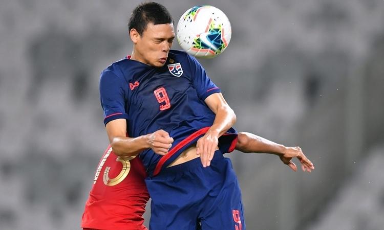 HLV Nishino xếp Supachai đá tiền đạo cắm trong sơ đồ 4-2-3-1. Ảnh: Changsuek.