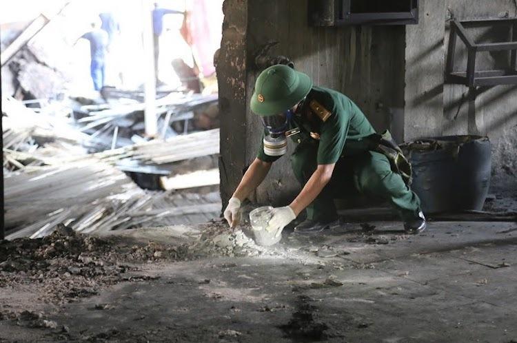 Bộ đội Hoá học lấy mẫu xét nghiệm tại nhà kho Rạng Đông để lên phương án tiêu tẩy ngày 5/9. Ảnh: MH