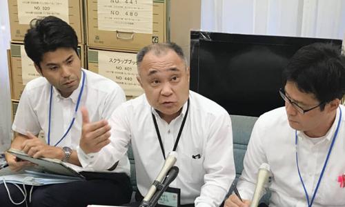 Các thành viên Hội đồng Giáo dục Kawaguchi họp báo tại Tòa Thị chính thành phố hôm qua. Ảnh: Kyodo.
