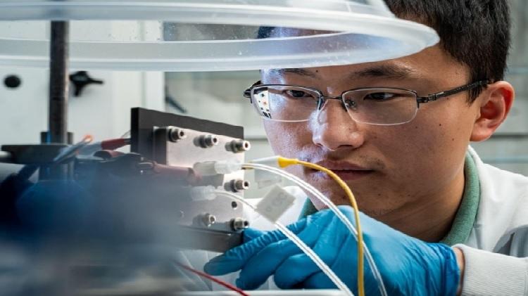 Giáo sư Wang đang nghiên cứu quá trình chuyển đổi CO2. Ảnh: Eurekelert.