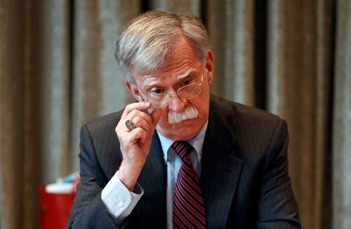 Cựu cố vấn an ninh quốc gia Mỹ John Bolton tại buổi họp báo ở London, Anh hồi tháng 8. Ảnh: Reuters.