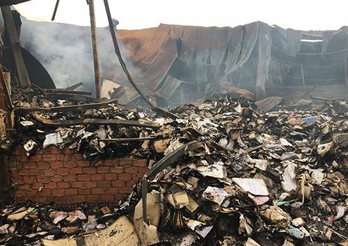 Nhà kho sau vụ cháy. Ảnh: Hữu Nguyên
