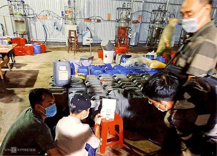 Hệ thống điều chế ma túy đá và các thùng hóa chất bên trong nhà kho tại Kon Tum. Ảnh: Bảo Ngọc