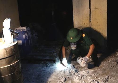 Cán bộ Viện Hóa học và Môi trường quân sự lấy mẫu ở hiện trường vụ cháy để xét nghiệm, đánh giá mức độ ô nhiễm. Ảnh: Minh Hưng.