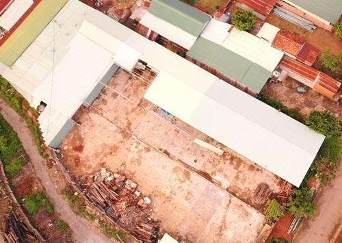 Nhà xưởng (mái màu trắng) ở Kon Tum được thuê để sản xuất ma túy. Ảnh: Trần Hóa.