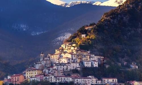 Một ngôi làng thuộc khu vực Molise. Ảnh: Telegraph.