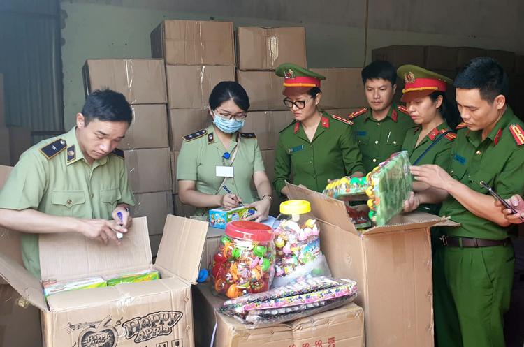 Bộ Công an thu 50 tấn bánh kẹo, đồ chơi nhập lậu - ảnh 1