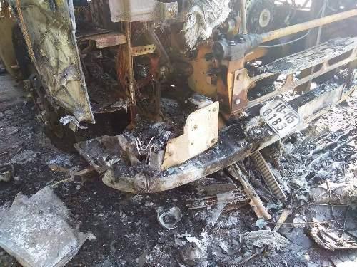Xe tải và xe máy cháy rụi - ảnh 2