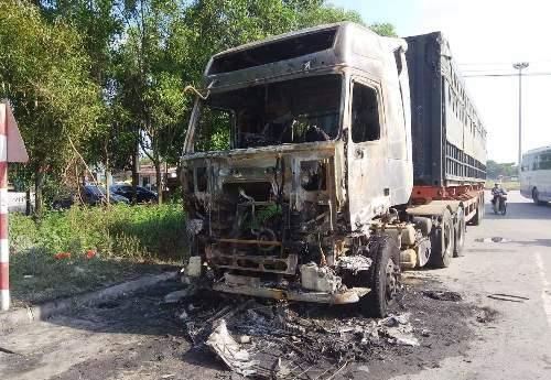 Xe tải và xe máy cháy rụi - ảnh 1