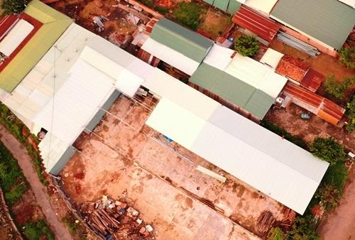 Nhà xưởng hình chữ L (mái màu trắng) được nhóm người Trung Quốc thuê của doanh nghiệp Việt Nam. Ảnh: Trần Hóa.