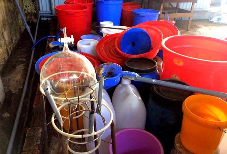 Các thùng nhựa, bình thủy tinh chứa hóa chất trong nhà xưởng ở Kon Tum. Ảnh: Trần Hóa.
