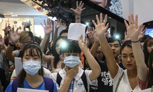 Người biểu tình tập trung tại một trung tâm thương mại ở Hong Kong hôm 12/9. Ảnh: AFP.