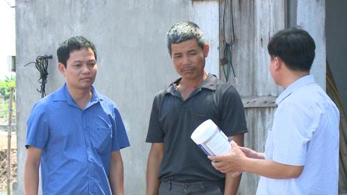 Cán bộ khuyến nông tỉnh xuống từng hộ gia đình để hướng dẫn quy trình nuôi tôm an toàn.