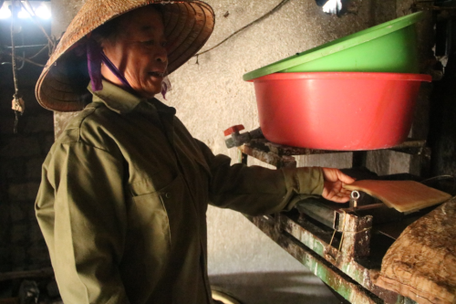 Bà Vân – người gắn bó với nghề làm bánh đa hơn 30 năm nay. Ảnh: Dương Lan.