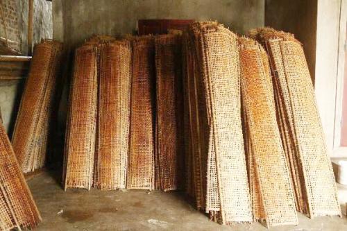 Phên bánh được đan bằng tre gợi sự bình yên, mộc mạc nơi làng nghề bánh đa truyền thống. Ảnh: Dương Lan.