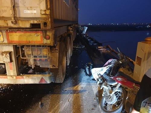 Hiện trường vụ tai nạn trên cầu Thanh Trì. Ảnh: Le Hien