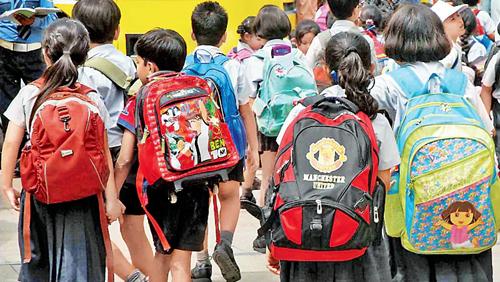 Học sinh Ấn Độ đến trường. Ảnh: India Today