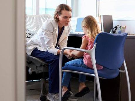 Bố mẹ nên đưa trẻ đến gặp chuyên gia để được tư vấn. Ảnh: Healthessentials
