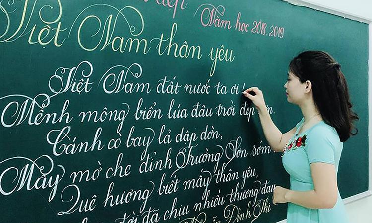 Giáo viên trường Trưng Vương (TP Đông Hà, Quảng Trị) thi viết chữ đẹp năm 2018. Ảnh: Trường Trưng Vương