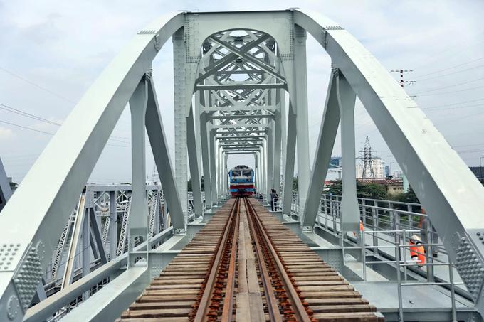 Đoàn tàu đầu tiên chạy qua cầu sắt Bình Lợi mới