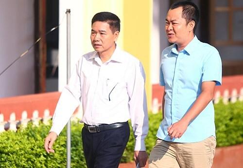Ông Trần Xuân Yến (trái) và cựu thiếu tá Đinh Hải Sơn. Ảnh: Phạm Dự.