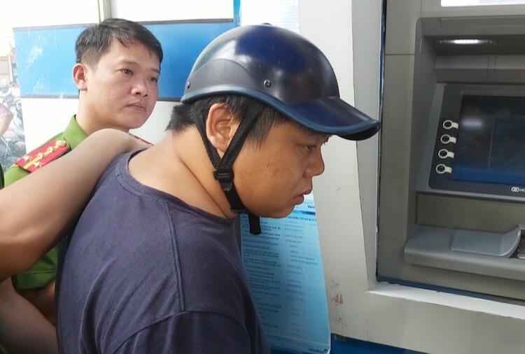 Nhóm người Trung Quốc đánh cắp dữ liệu thẻ ATM - ảnh 2