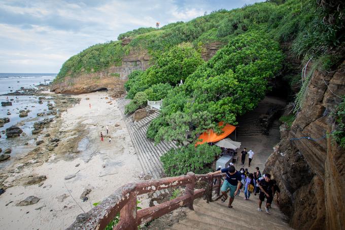 Ngôi chùa 400 tuổi nằm trong hang núi lửa
