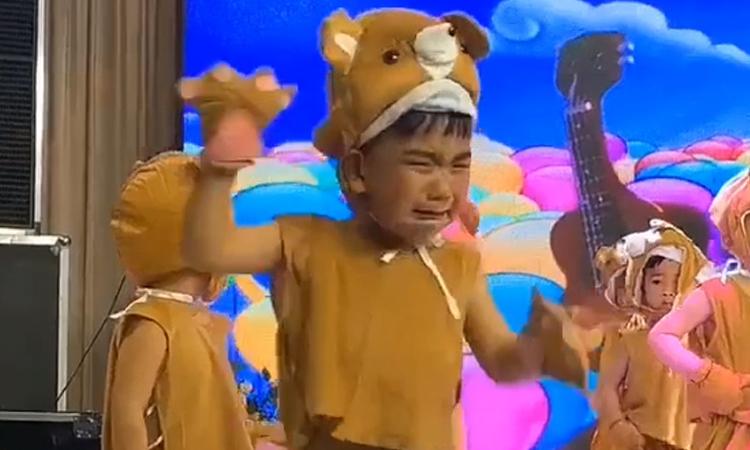 Cậu bé vừa múa vừa khóc vì mặc ngược quần -